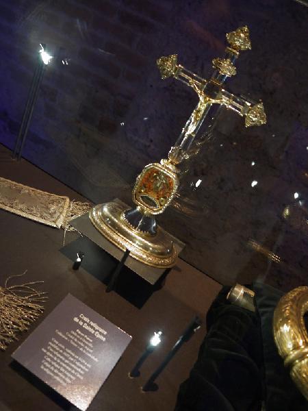 ... qu'est-ce que cache cette croix reliquaire ?...