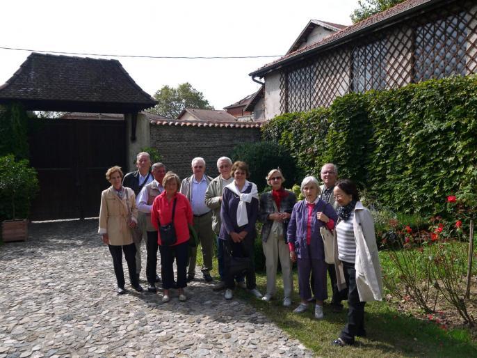 Les membres des Amis de Rome dans les jardins de Berlioz