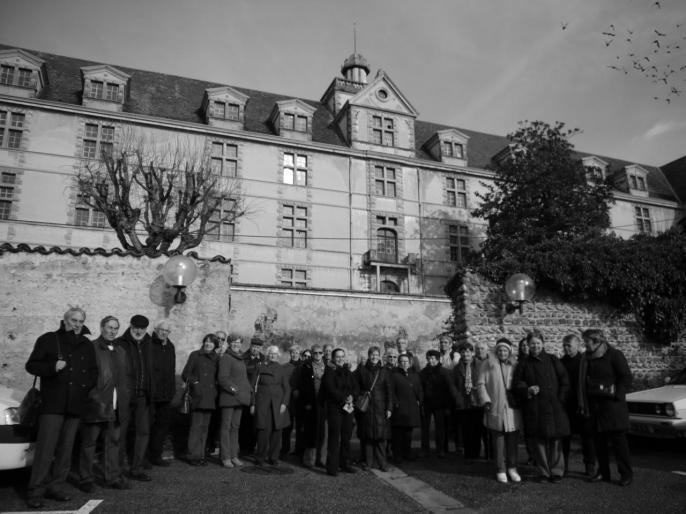 L'Association Le Perlet au pied du château Louis XI