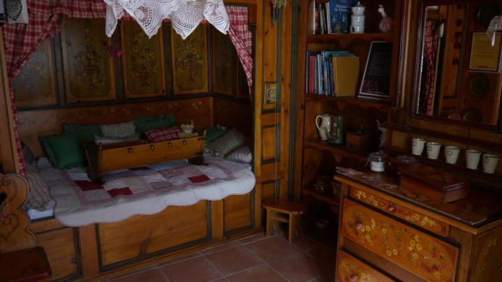 Jardins Secrets - A l'intérieur de la ferme, la chambre autrichienne