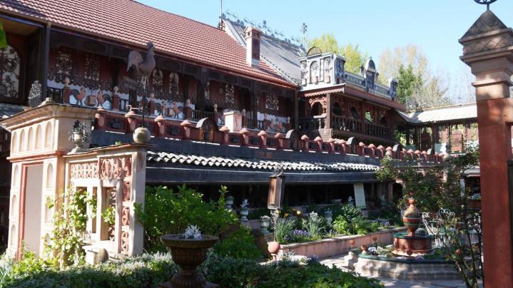 Jardins Secrets - Le jardin de l'apothicaire vu de la cour du marronnier