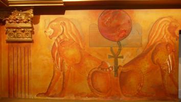 Décor égyptien du parking du casino (détail lions)