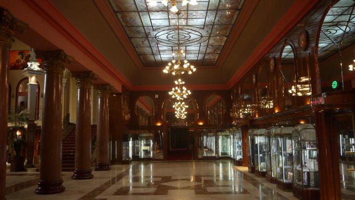 Galerie nord du casino surmontée d'une verrière récente