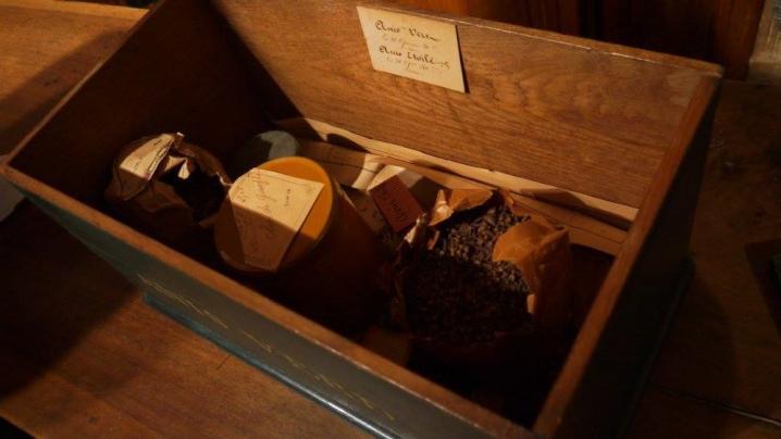 Bourg en Bresse - Apothicairerie - L'arrière boutique : coffret et ingrédients d'origine