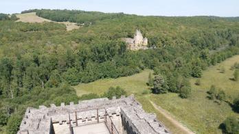 Chateau de Commarque Au sommet du donjon vue sur le Château de Laussel