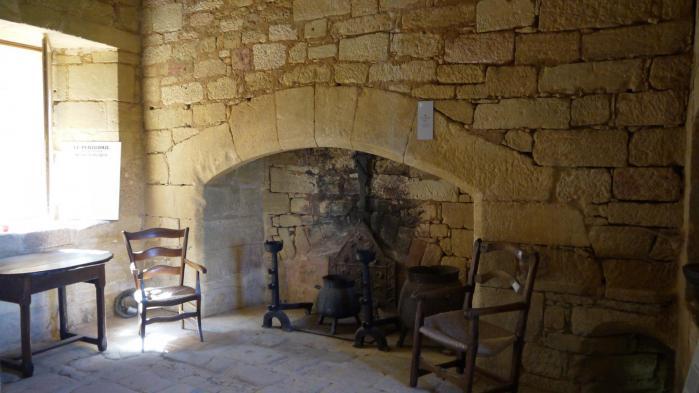 Chateau de Commarque Interieur cheminée