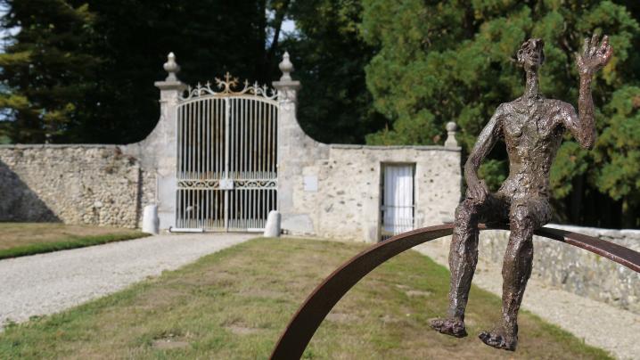 Chateau de Longpra - Portail, et sculpture de Mireille Belle (expo 2018)