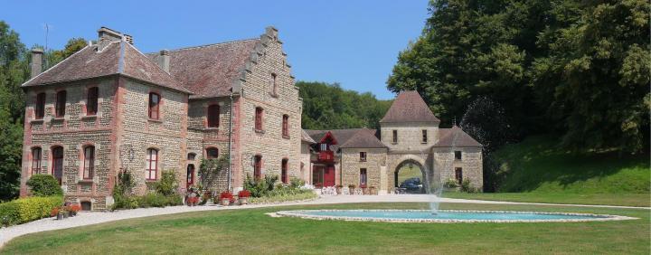 Chateau de Pupetieres - Communs et bassin