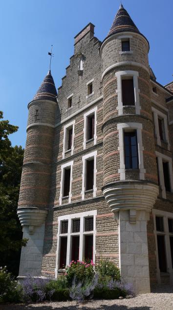 Chateau de Pupetieres - Les tours faussement suspendues en façade sud