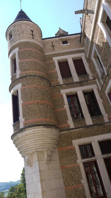 Chateau de Pupetieres - Détail tour en galets roulés, façade sud