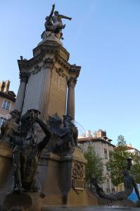 Grenoble fontaine aux 3 ordres sur la place notre dame