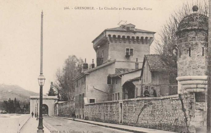 La Tour de l'Isle, enserrée dans les bâtiments de la Caserne Vinoy