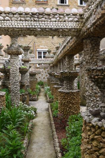 Jardin Rosa Mir - Une des allées partant de la chapelle