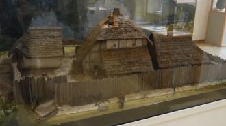 Musee archéologique du lac de Paladru - Maquette reconstituant l'habitat médieval de Colletière
