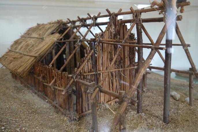 Musee archéologique du lac de Paladru - Maquette reconstituant l'habitat néolithique du site des Baigneurs