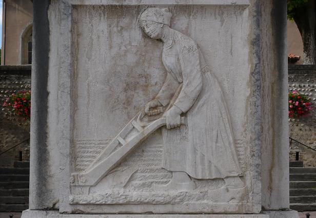 Bas relief du Monument aux Morts : femme travaillant aux champs (photo 2012)