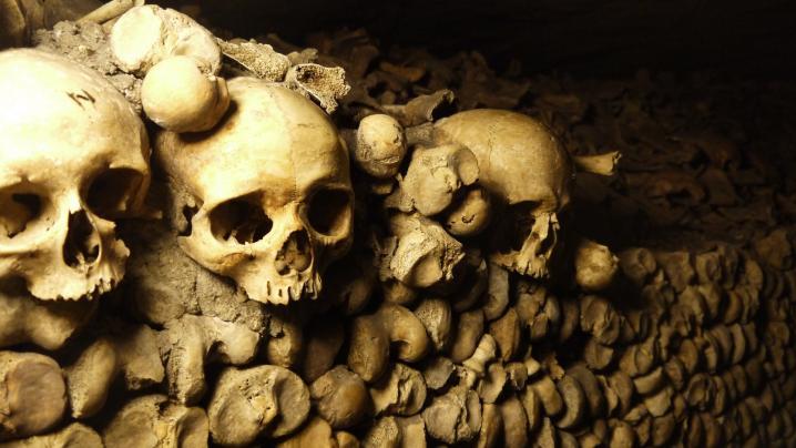 Paris - Catacombes - Des crânes et des fémurs par milliers, par millions...