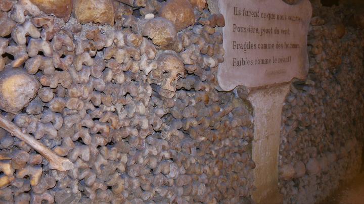 Paris - Catacombes - Des petites phrases ponctuent le parcours dans l'ossuaire