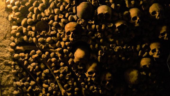 Paris - Catacombes - Mise en scène des ossements ici coeur de crânes