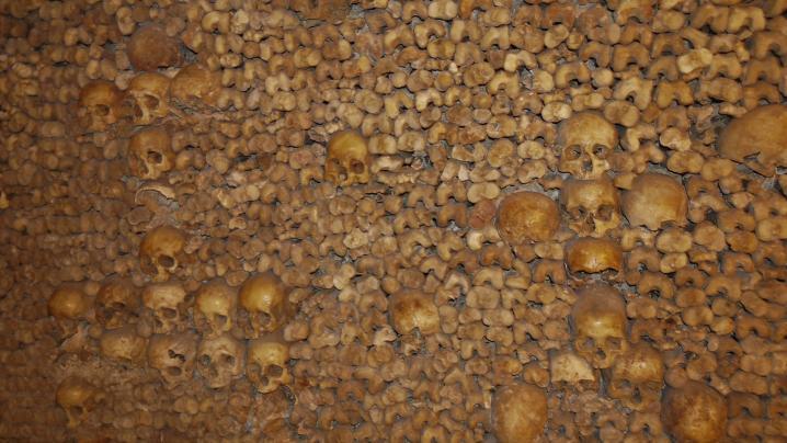 Paris - Catacombes - Mise en scène des ossements sous forme de croix