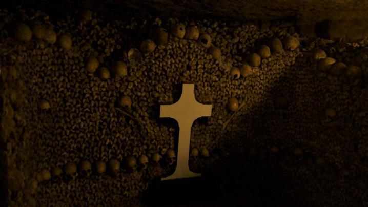 Paris - Catacombes - Mise en scène des ossements