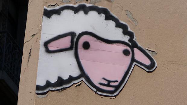 Un mouton au coin d'une rue à Grenoble