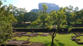 Sri Lanka - Jardins et ruines au pied du rocher de Sigiriya