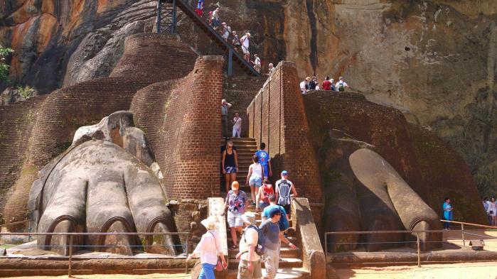 Sri Lanka - Sigiriya - Pattes du lion et quelques touristes