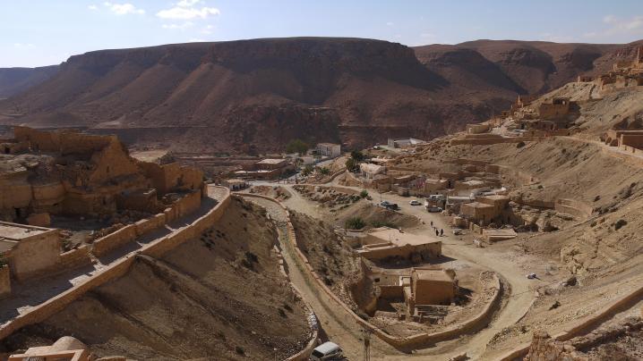 Chénini - La cuvette rocheuse autour de laquelle s'est installé le village