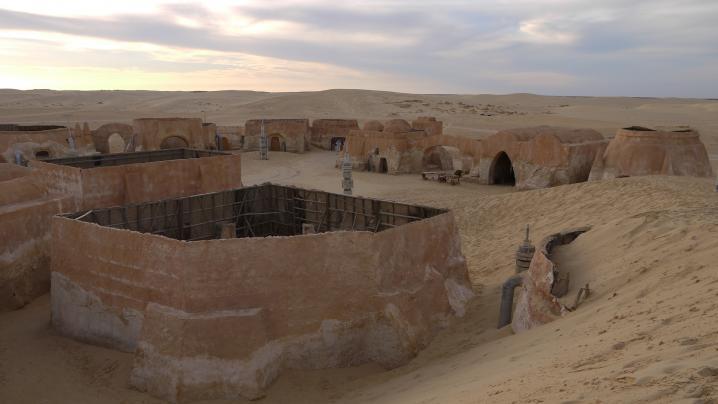 Tunisie - Mos Espa engloutie peu à peu par une dune de sable 2013