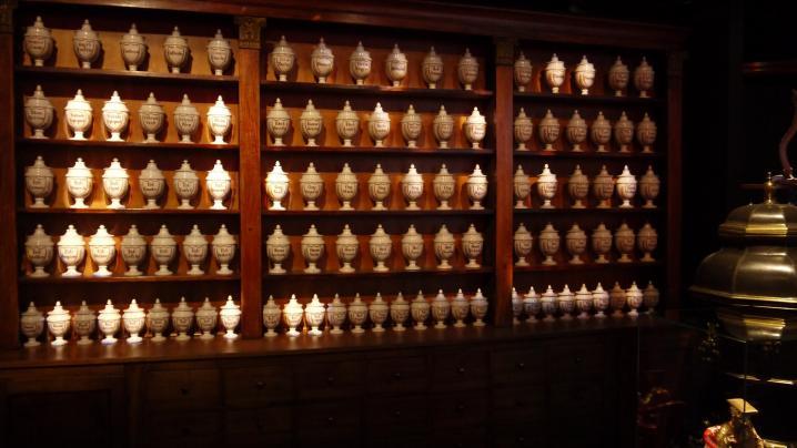 Venenum - Apothicairerie et ses 103 pots